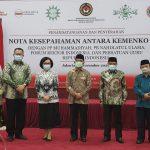Rektor Universitas Teknokrat Indonesia  Serahkan Cenderamata ke Menko PMK Usai FRI Teken MoU